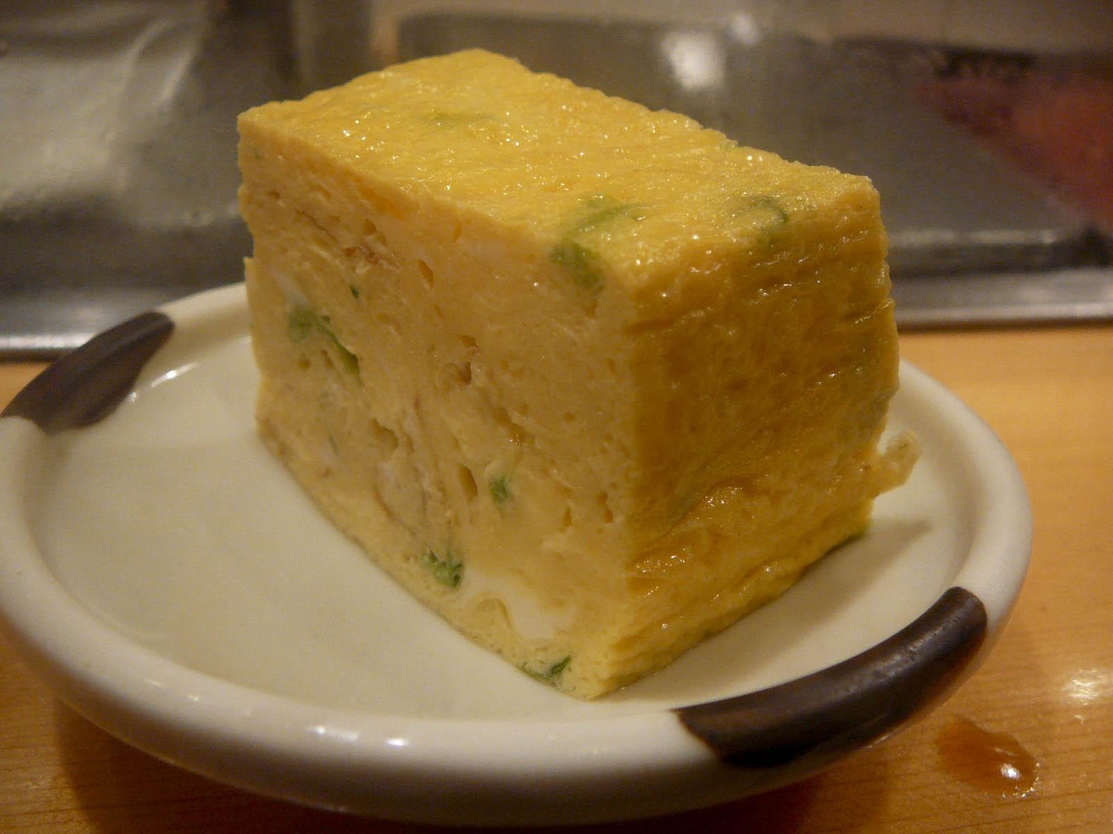 P1060850 焼きたての卵焼き。箸を入れると湯気がほわんと立ち上る。卵焼きは最後に食...